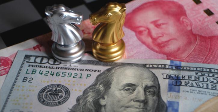 Foto van een Amerikaanse dollar en Chinees yuan bankbiljet met schaakstukken die de recente handelsoorlog voorstellen