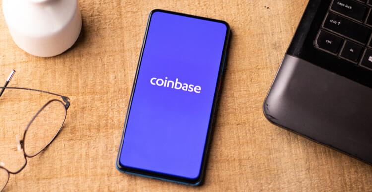 Het Coinbase logo op een smartphone op een bureau