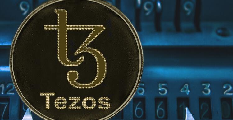 De Tezos munt en een arithmometer met getallen