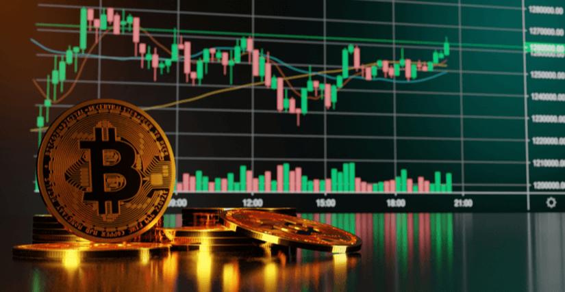 Een stapel Bitcoins voor een grafiek.