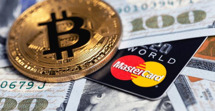 Foto van een Mastercard met Bitcoin en dollars